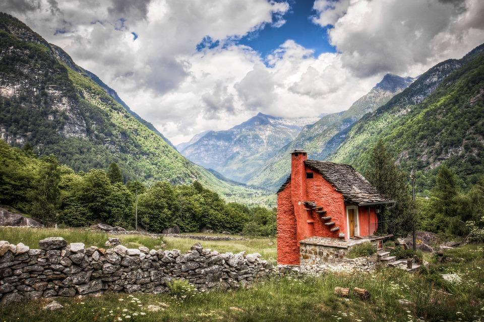 Petite maison en terre dans la vallée