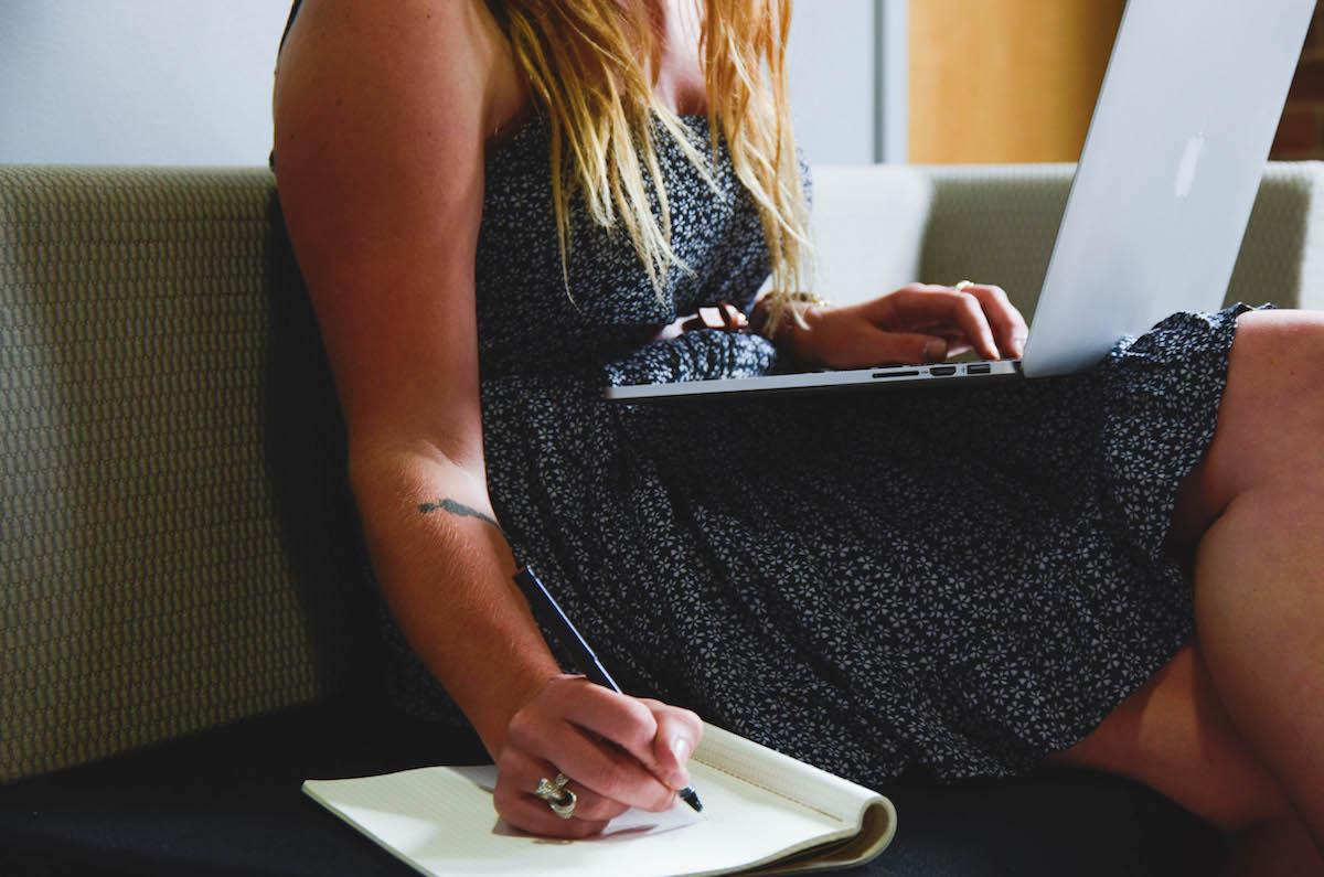 femme travaillant son référencement seo e-commerce